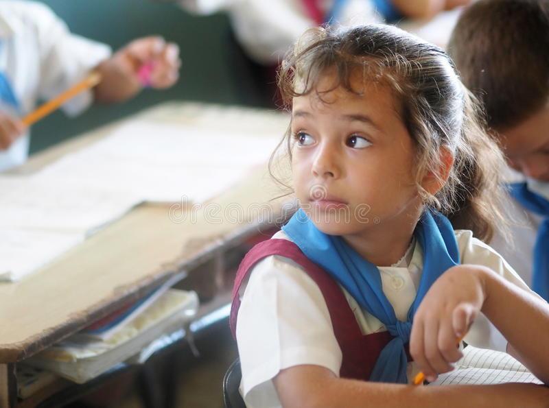 Bambina a scuola a Cuba